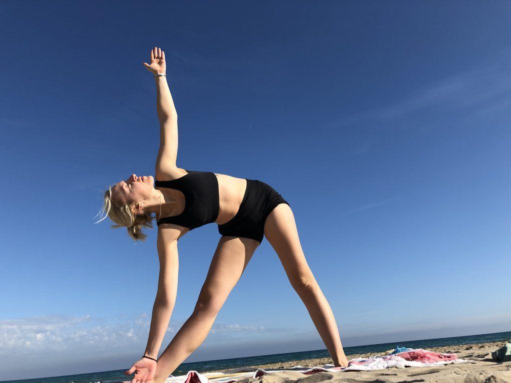 Trikonasana: yoga estiramiento isquiotibiales